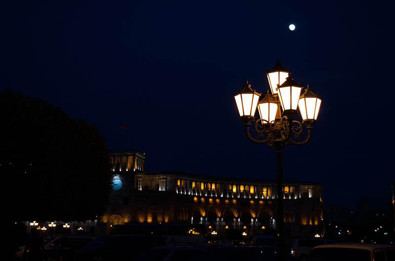 Latarnia z kilkoma oprawami widok nocą